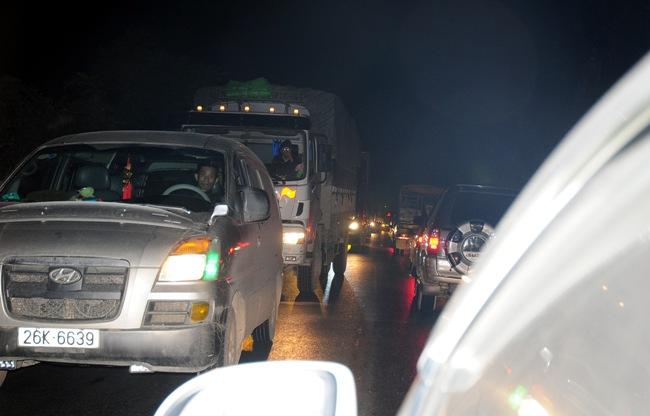 Xe bồn tông xe khách bốc cháy: Ùn tắc gần 20km - 1
