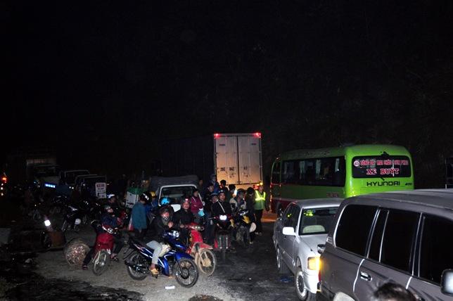 Xe bồn tông xe khách bốc cháy: Ùn tắc gần 20km - 2