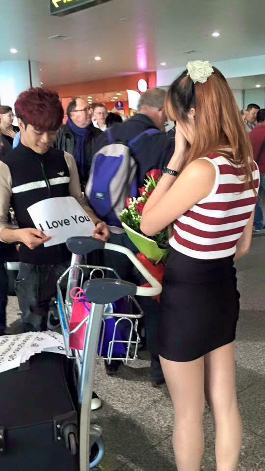 """""""Bản sao"""" Công Phượng tỏ tình bạn gái ở sân bay - 1"""