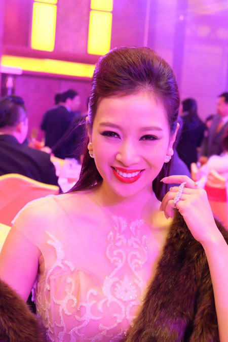 Quý bà Thu Hương đẹp rạng rỡ tại chung kết Mrs World 2015 - 1