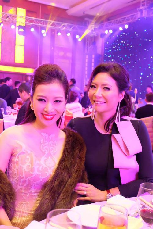 Quý bà Thu Hương đẹp rạng rỡ tại chung kết Mrs World 2015 - 2