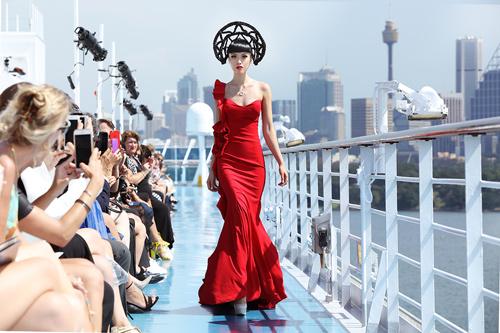 Jessica Minh Anh khoe thời trang tóc kỳ dị ở Australia - 1