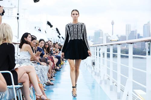 Jessica Minh Anh khoe thời trang tóc kỳ dị ở Australia - 7