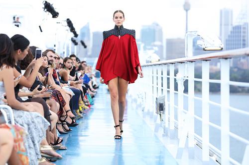 Jessica Minh Anh khoe thời trang tóc kỳ dị ở Australia - 6