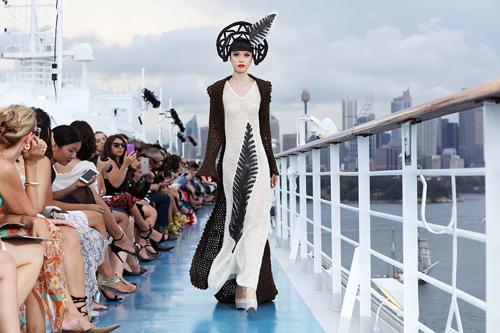 Jessica Minh Anh khoe thời trang tóc kỳ dị ở Australia - 2