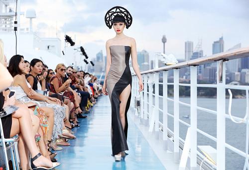 Jessica Minh Anh khoe thời trang tóc kỳ dị ở Australia - 4