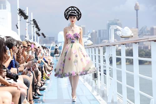 Jessica Minh Anh khoe thời trang tóc kỳ dị ở Australia - 10