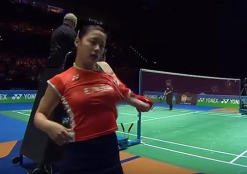 """Tay vợt xinh đẹp thay áo """"vi diệu"""" giữa biển người - 2"""