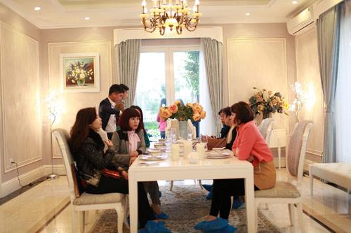 Cận cảnh buổi trà chiều sang trọng tại Vinhomes Riverside của các quý cô - 8