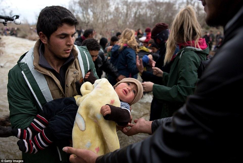 Xót xa trẻ em tị nạn bám dây vượt sông chết chóc - 11