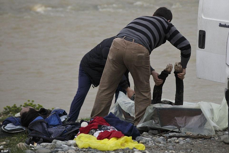 Xót xa trẻ em tị nạn bám dây vượt sông chết chóc - 3