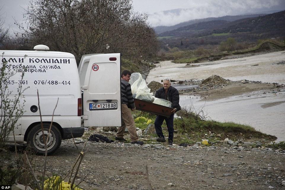 Xót xa trẻ em tị nạn bám dây vượt sông chết chóc - 4