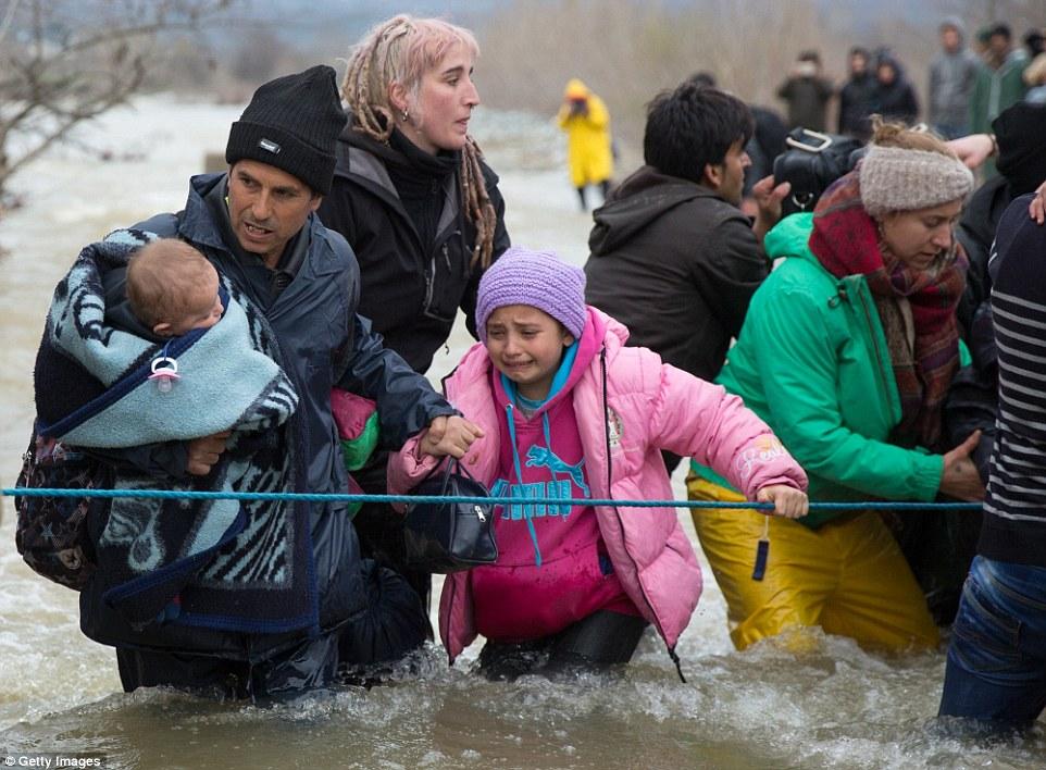 Xót xa trẻ em tị nạn bám dây vượt sông chết chóc - 1