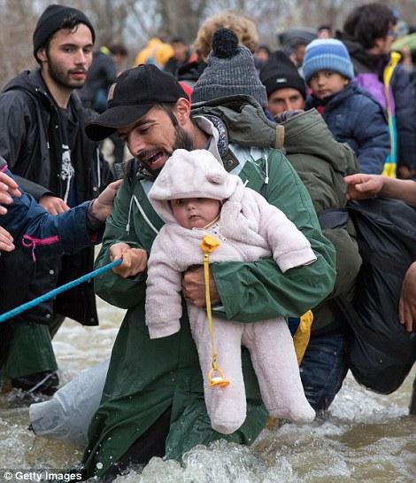 Xót xa trẻ em tị nạn bám dây vượt sông chết chóc - 7