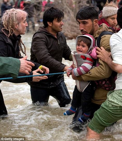 Xót xa trẻ em tị nạn bám dây vượt sông chết chóc - 6
