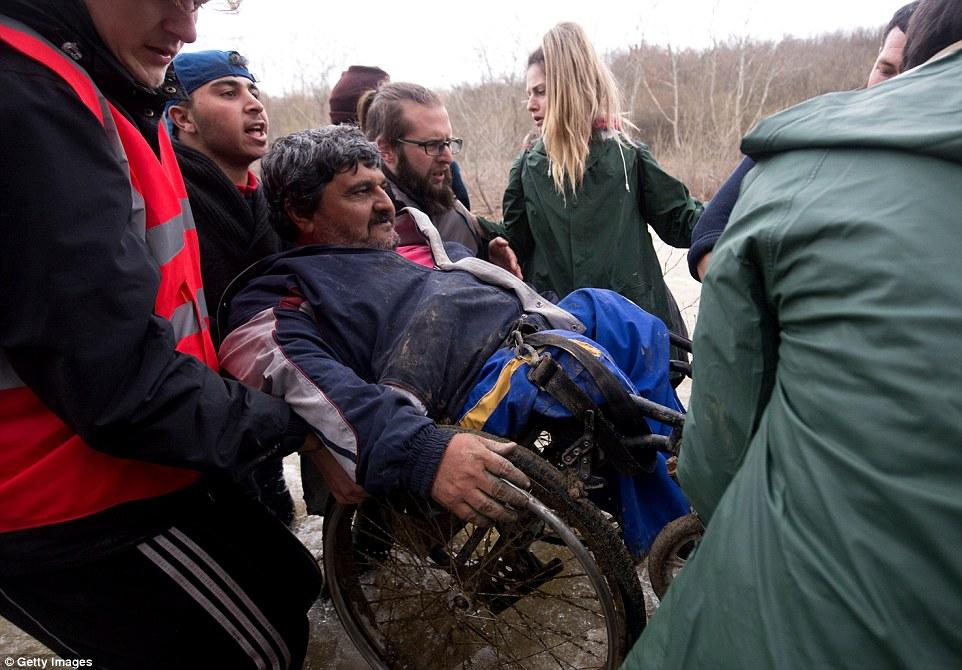 Xót xa trẻ em tị nạn bám dây vượt sông chết chóc - 8