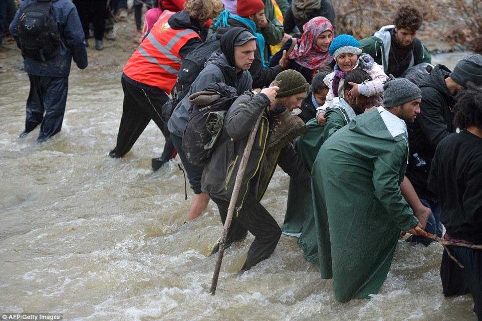 Xót xa trẻ em tị nạn bám dây vượt sông chết chóc - 9