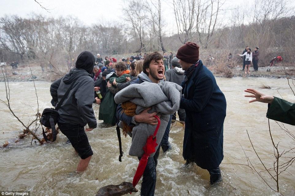 Xót xa trẻ em tị nạn bám dây vượt sông chết chóc - 2