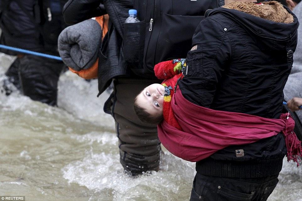 Xót xa trẻ em tị nạn bám dây vượt sông chết chóc - 10
