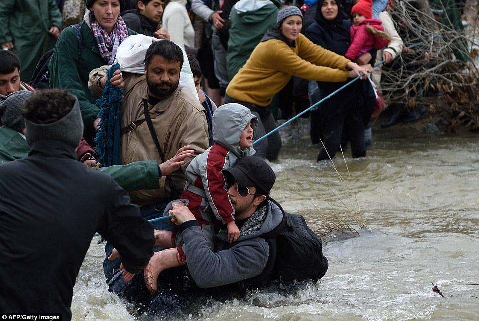 Xót xa trẻ em tị nạn bám dây vượt sông chết chóc - 5