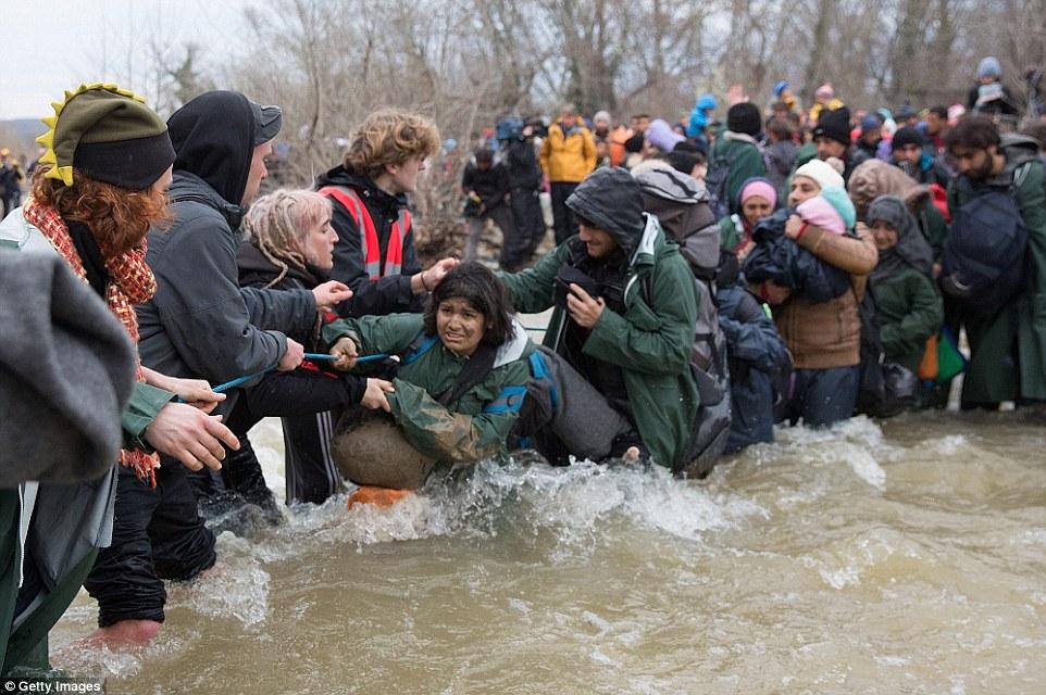 Xót xa trẻ em tị nạn bám dây vượt sông chết chóc - 12