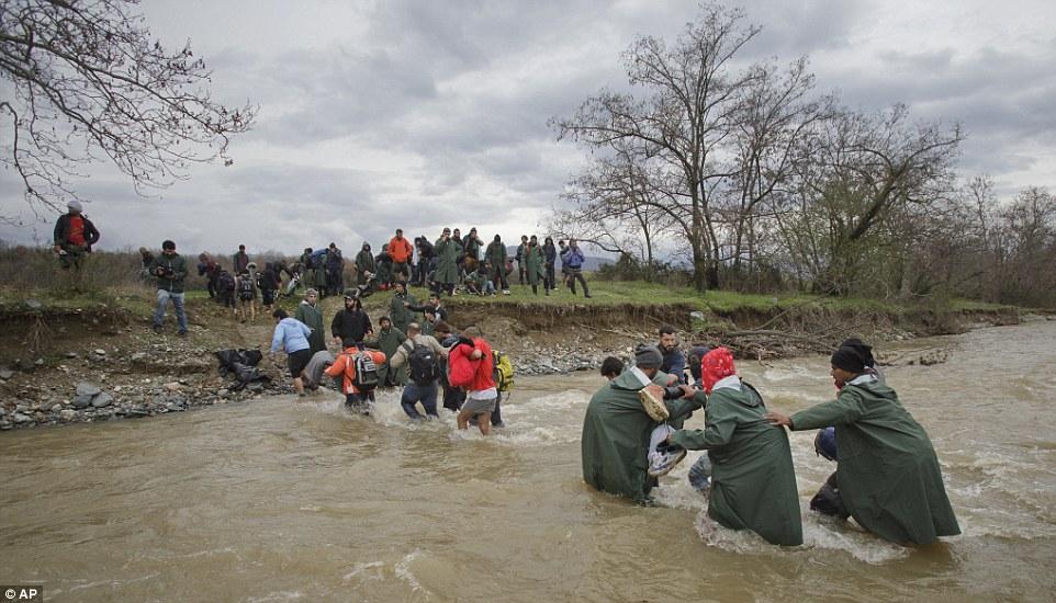 Xót xa trẻ em tị nạn bám dây vượt sông chết chóc - 13