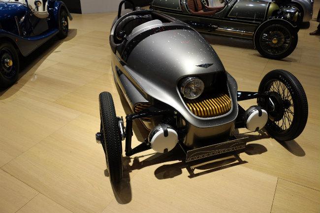 Morgan là một nhà sản xuất xe truyền thống nhưng không ngừng tiến về phía trước. Như đã hứa sẽ tung ra một loạt mẫu xe lai vào năm 2019, thương hiệu xe Anh quốc này đã trình diện tại triển lãm Geneva Motor Show vừa qua một mẫu xe điện 3 bánh vô cùng bắt mắt.