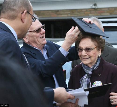 Cụ bà nhận bằng tốt nghiệp 74 năm sau khi bị đuổi học - 1