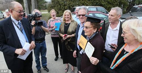 Cụ bà nhận bằng tốt nghiệp 74 năm sau khi bị đuổi học - 2