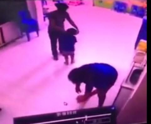 Trẻ bị cô nhéo bầm tai, đánh và quăng ra sàn - 1