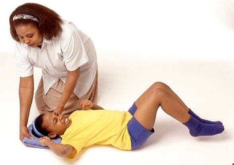 Cách sơ cứu người bị co giật, động kinh - 1