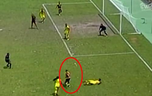 Nữ cầu thủ tuổi teen Nam Mỹ solo ảo diệu như Messi - 1