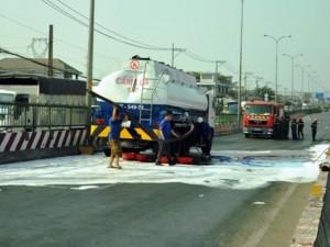 Tin tức trong ngày - Xe tải tông xe bồn, xăng ào ào chảy xuống đường