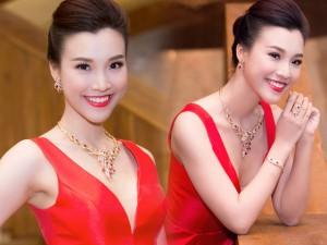Hoàng Oanh khoe vẻ rạng rỡ với bộ trang sức 300 triệu