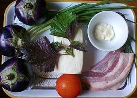Bữa trưa ngon miệng với cà tím bung thịt, đậu nóng hổi - 1