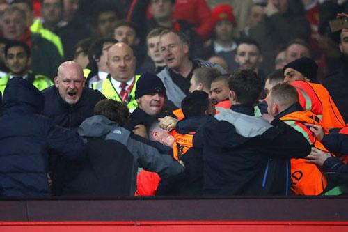 """""""Sôi máu"""" vì bị loại, fan MU ẩu đả fan Liverpool - 1"""