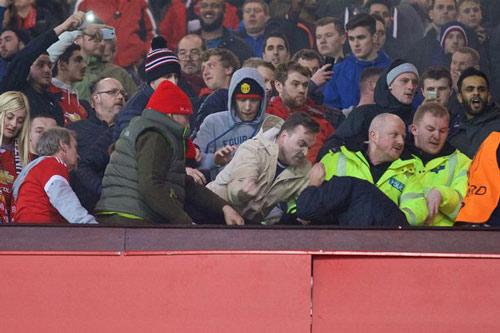 """""""Sôi máu"""" vì bị loại, fan MU ẩu đả fan Liverpool - 2"""