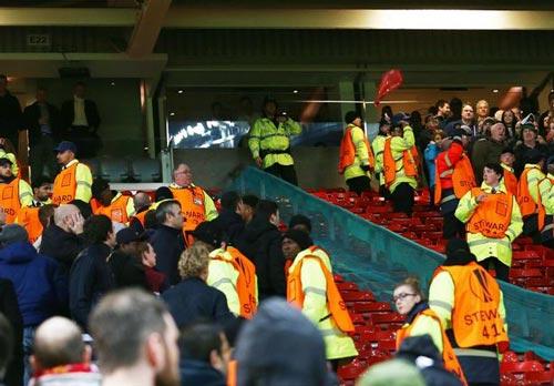 """""""Sôi máu"""" vì bị loại, fan MU ẩu đả fan Liverpool - 3"""