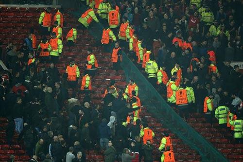"""""""Sôi máu"""" vì bị loại, fan MU ẩu đả fan Liverpool - 4"""