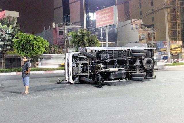 """TPHCM: Xe cẩu """"hạ đo ván"""" xe tải rồi lao vào nhà dân - 2"""
