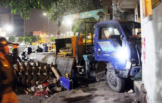 """TPHCM: Xe cẩu """"hạ đo ván"""" xe tải rồi lao vào nhà dân - 3"""