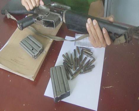 Ôm khẩu M16 chĩa vào dân phòng dọa bắn - 1