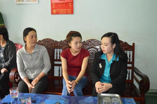 Bộ trưởng Bộ Y tế thăm gia đình bé gái bị cưa chân - 1