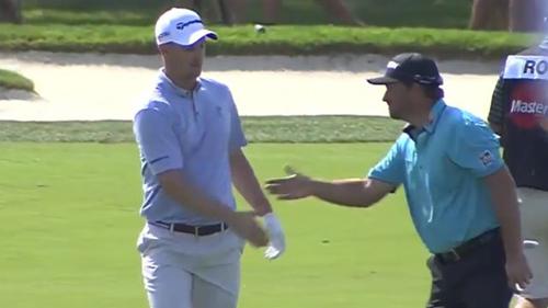 Golf: Cúi người bái phục với cú ăn điểm ngoạn mục - 1
