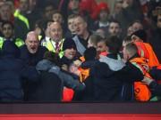 """Bóng đá - """"Sôi máu"""" vì bị loại, fan MU ẩu đả fan Liverpool"""