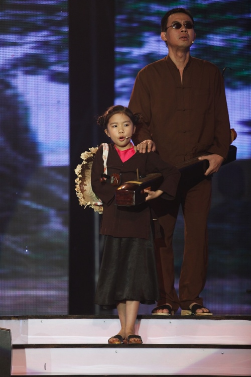 """Việt Hương, Trấn Thành """"nghiêng mình"""" vì cô bé hát xẩm - 1"""