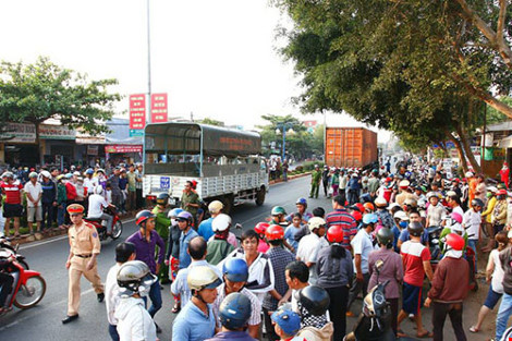 Thai phụ bị xe container cuốn vào gầm - 1
