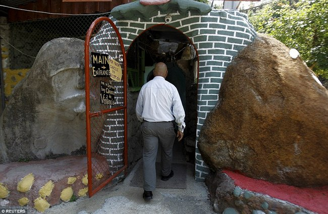 Hì hụi 12 năm đào hầm rộng 185m2 làm nhà ở Costa Rica - 1