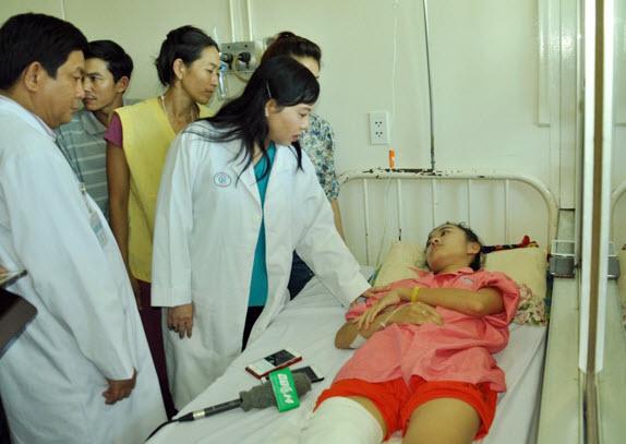 Nữ sinh bị cưa chân bật khóc khi gặp Bộ trưởng Y tế - 1