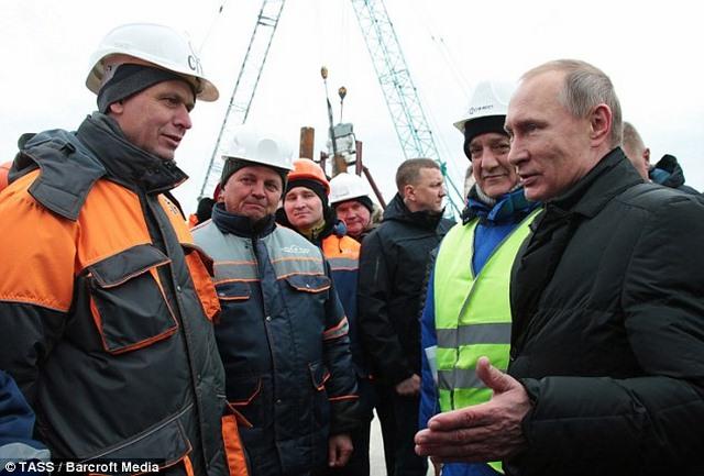 """Cầu không xây xong, Putin dọa """"treo"""" người liên quan - 1"""